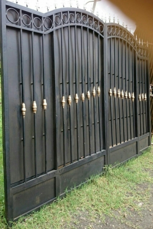 Metallic gate 1